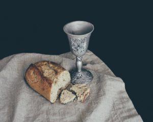 Foto von Wein und Brot als Abendmahl